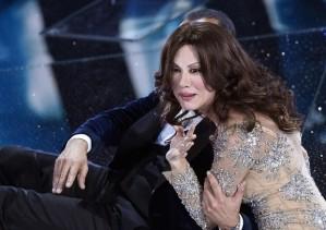 Virginia Raffaele imita Sabrina Ferilli sul palco dell'Ariston